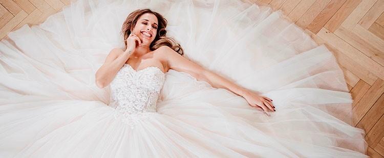 White Silhouette Brautmode Brautkleider München auf